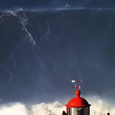 This is the moment when the Brazilian Rodrigo Koxa surfs 24.38 meter wave and beats the world record for the biggest wave ever surfed in history! The feat happened in Nazaré, Portugal!