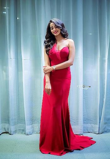 Apoorva Srinivasan wearing maroon gown by Sashi Vangapalli at Zee Apsara Awards 2018 #apoorvasrinivasan #apoorvabinsrinivasan #southindianactress #sashivengpalli #gown #maroon #maroondress #maroongown #partygown #indianmodel #indiangirl #hotdress #fashion #style #styles #teluguactress #tollywood #kollywood