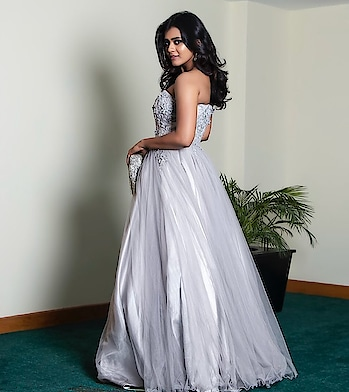 Hebah Patel wore a light grey embellished gown by Kalki Fashion to the Filmfare Awards. She accessorized her outfit with earrings from Sri Krishna Jewellers and a silver fringe clutch by Accessories by Anandita. Blue smokey eyes and curly hair rounded out her look!. for more photos visit https://www.southindianactress.co.in/featured/actresses-jio-filmfare-awards-south-2018/  #hebahpatel #sotuhindianactress #teluguactress #tollywood #tollywoodactress #indianactress #indiangirl #indianmodel #gown #weddinggown #partygown #kalkifashion #strapless #offshoulder #straplessgown #straplessdress #filmistaanchannel #filmistaan #fashion #styles