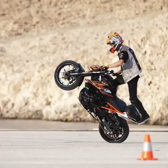 #ktm #ktm_oficial #duke #duke250 #rock #show_some_love_for_biker_tube #wow #stunts