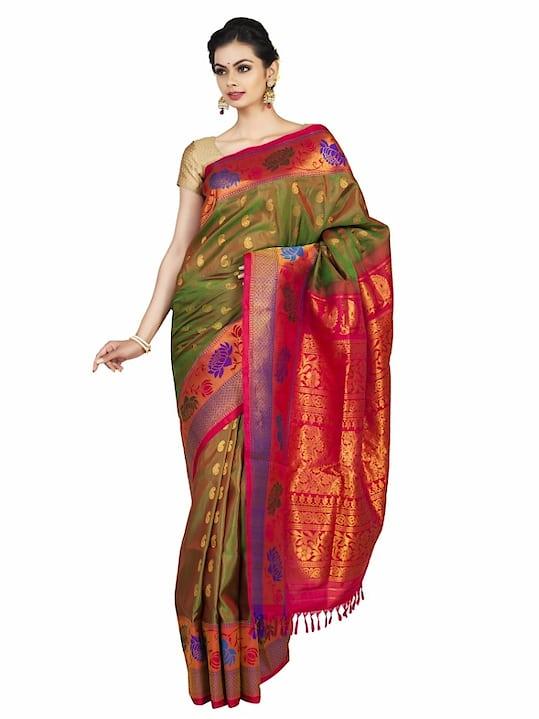 Two tone rust gadwal paithani with lotus border #Classic #Beauty #Bride #Elegantbride #Indianhandlooms #IncredibleIndia #Paithani #Handloomsilk #Womenwear #Sareelove #Desifashion