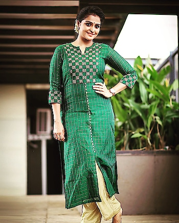 Remya Nambeesan attended the press meet of Vishwaroopam 2 wearing a green embroidered kurta paired with gold pants. Pear earrings and a low bun enhanced with mogra completed her look! #remyanambeesan #southindianactress #malayalamactress #kurta #kurtafashion #greenkurtha #embroidery #embroideredkurta #indianstyle #indianfashion #fashion #style