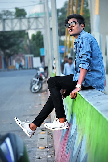 #pochshandar  Whenever you see a successful business, someone once made a courageous decision.  #bhopal  #indian  #ig_india  #madhyapradesh  #street  #people  #urban  #outdoor  #young  #skateboarding  #wear  #city  #portrait  #motion  #fun  #road  #business  #luggage  #sitting  #leitura  #snapchat
