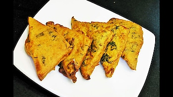 """Presenting a perfect tea time snack recipe of """"Bread Pakora""""  .. #ropo-love #ropo #roposo #ropo-post #ropo-video #cooking #snacks #snack #breakfast #monsoonspecial #crisp #crispyfood #snacktime"""