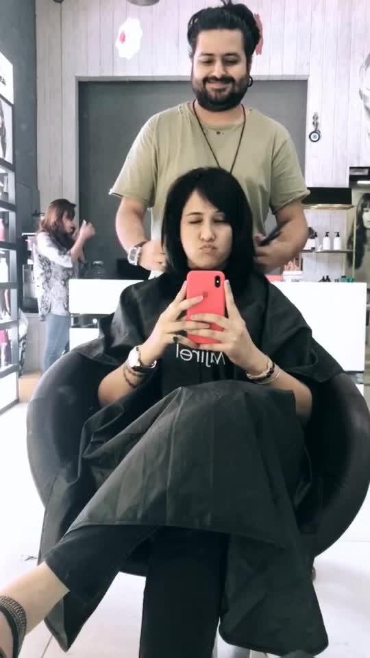 New haircut 😬  #shorthair #shorthairdontcare #hairgoals #mewlook #mylook #roposolove #soroposo #roposogirl #shilpajoshiofficial #shilpajoshi #boomerang #bellamadonna #galleria #sushant #hairstylist #lovelife #mylife #myworld #happniess #vibes #happy