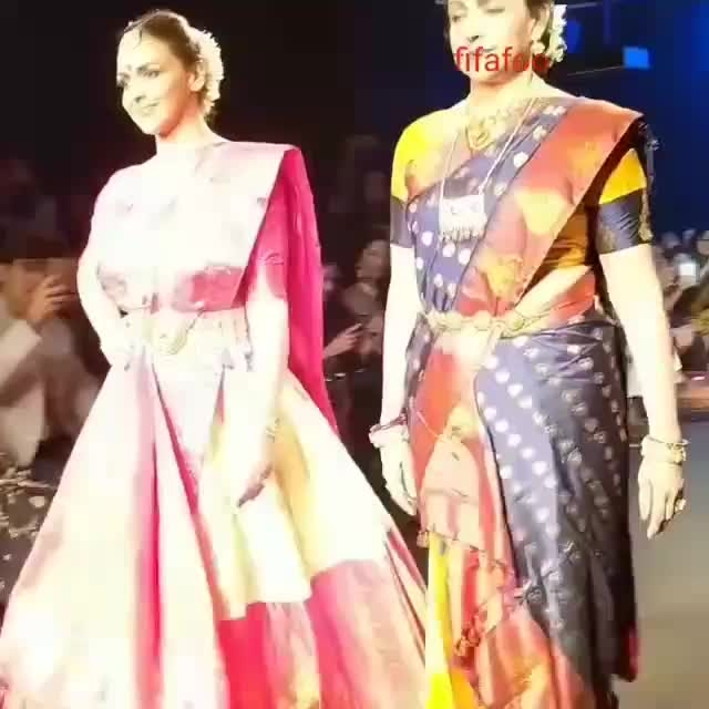 #beautyoverloaded... Look at @dreamgirlhemamalini and her beautiful daughter @dreamgirlhemamalini and @imeshadeol walking the ramp for designer @sanjukta_dutta_ at #lakmefashionweek18 . . .  #eshadeol #cakewalk #hemamalini