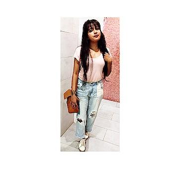 Just candid😎 #beyourownqueen  #candidshot #boyfriendjeans #photography #loveness  #partystarter #thehappyone   #delhitimes #bloggersofindia  #stylist #beautyblogger #bloggergram #blogger-style #bloggingdiaries #bloggerwear #stylishcollection #stylishgirl #summer-fashion #fashion-diva #ropo-style #roposo-makeupandfashiondiaries