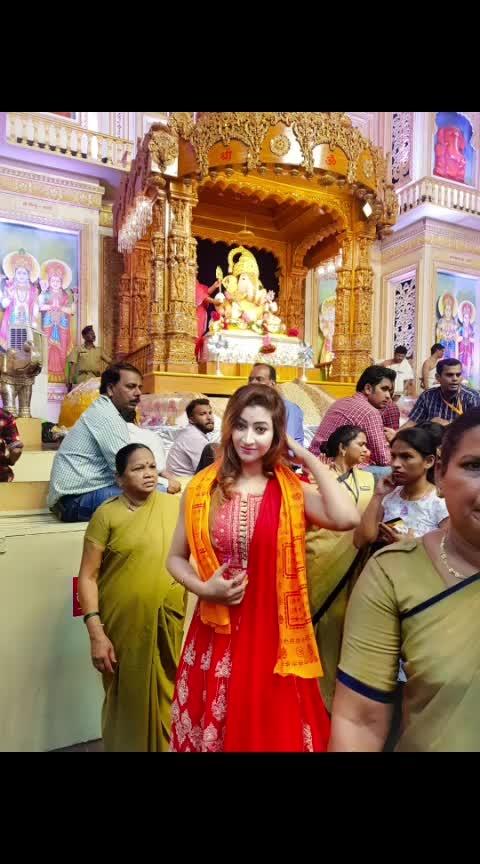 Feeling so blessed to be at @dagdusheth_ganpati 🙏🙏😇🌼🌼 • #blessings #prayers #ganpati #lordganesha #ganeshchaturthi #ganeshchaturthi2018 #festival #indianfestival #ganpatidarshan #dagdusheth #charan #darshan #blessedday  #happyganeshchaturthi #gbu #stayblessed #lordganesha #blessyou #indiangirl #RoshniKapoor #Diamondgirl #Queenism #Pune #HauteManmzel #Fashionblogger #Beautyblogger