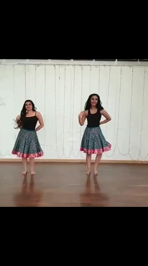 Song : kamariya @aasthagill Dancers : @akansha.vora 💃 @gahna_verma  Choreography : @teamnaach . . #kamariya #nora #norafatehi #dance #dancelove #rithikkaushal #shraddhakapoor #rajkummarrao #aasthagill #danceindia #choreographer #choreography #stree #bollywoodsong #lovedance #bollywooddance #indiandance #teamnaach #dilbardilbar #IndianDanceFederation