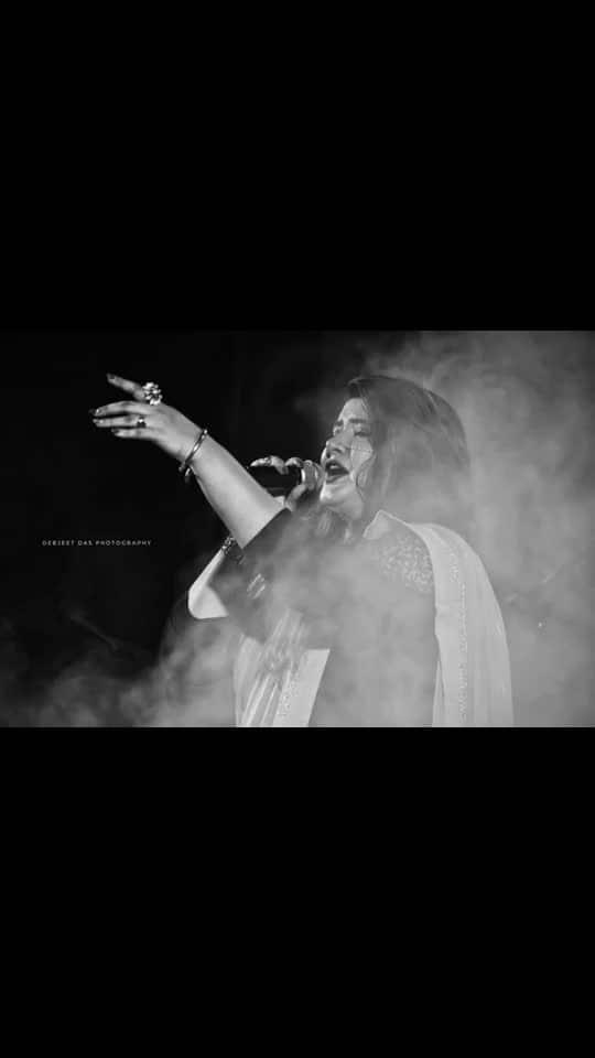 My usual expressions on stage 😍😍😊   #UjjainiMukherjeeLive #WhenIperform #roposo-mood #roposofirst #pinkgorgette #saree #sequinwork #makeupandstylingbyme