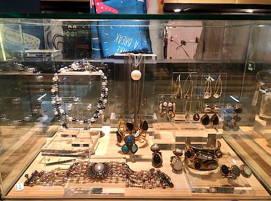 #monashroffjewellery now at #hongkong #international #airport . #hapy #diwali #shopping #hongkongairport #monashroff @shroffmons