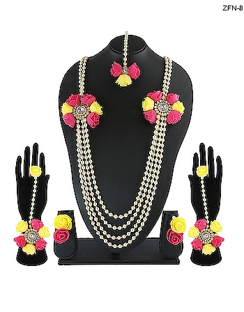 Floral jewellery for beautiful brides for mehendi, haldi, sangeet, wedding shoot or prewedding shoot function only at Anuradha Art Jewellery. To see more beautiful floral designs click on this link http://bit.ly/2zZpEgw  #flowerjewellery #flowerjewelleryonline #pressedflowernecklace #flowerjewelleryonline #floraljewelleryonline #realflowernecklace #pressedflowerjewelry #driedflowerjewelry #flowerjewelleryforhaldionline #floraljewellerybuyonline #haldijewellery #mehendi #haldi #sangeet #weddingshoot #preweddingshoot #traditional wedding #anuradhaartjewellery