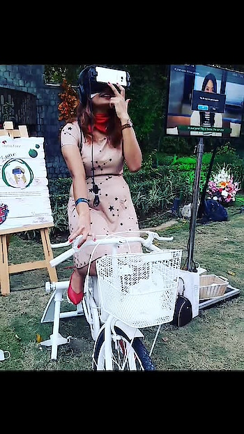 Well, that's how I look during a VR session! 🙈😛 But I love being amazed and the VR amazes me!! I do feel shaky or dizzy at times but I love those butterflies in my tummy!! 🤪😃  Swipe right to see me in action! The very sneaky babe @crazypoplock really got me!! 😂😆 I LOVE IT!! 😍💃🏻 Thank you!! 😘❤️  And what an event it was!! A super gala that left us entertained so well!! Heartiest congratulations to @innisfreeindia for completing 5 years in India!! 👏🏻   #vr #virtualreality #innisfreeindiaturns5 #candid #gurgaonblogger #delhiblogger #indianbeautyblogger #indianfashionblogger #fashionista