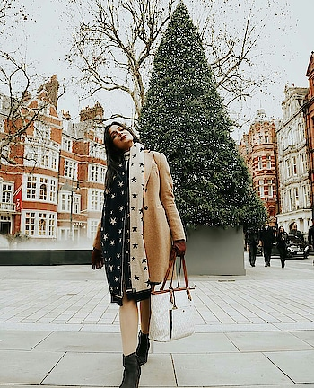 Wintery Days and Christmas sights in London always make me smile🎄✨😊  #christmas #christmasfeels #christmastree #merrychristmas #trenchcoat #blackboots #boots #winterboots #roposofashionblogger #roposofashion #roposofashiondiaries #styleadvice #christmasdiaries