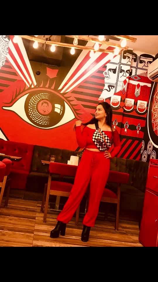 X-mas vibes🎉❤️ #outfitinspiration #chrismasvibes #santainspired #redwhite #bumbag