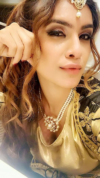 Some close up selfies in vanity van 😍😍  : Makeup hair done by my fav Deepak Kohli Skipri : #newsong #udhnesapoliye #punjabi #punjabisong #punjaban #pollywood #pollywoodsongs #jazzyb #vanityvan #randomselfie #selfie #closeupphotography #closeupselfie #behindthescenes #bts #punjabikudi #punjabigirl #punjabiactress #punjabicelebrity #nehamalik