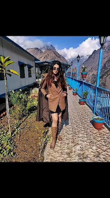 #fashionblogger #lookoftheday #joshimath #auli #travelgram #travelling #travel #travelblogger #travelfashion #brown #shadesofbrown #coat #boots #winterfashion #winteroutfit #winterlook #travels #tbrtravels #lambatravels #lamba #aashimalamba #thebasicrebel #black #sunglasses #mountains #snow