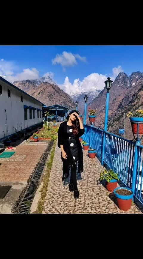 #fashionblogger #lookoftheday #joshimath #auli #travelgram #travelling #travel #travelblogger #travelfashion #blackshoes #longsocks  #winterfashion #winteroutfit #winterlook #travels #tbrtravels #lambatravels #lamba #aashimalamba #thebasicrebel #black #sunglasses #mountains #snow