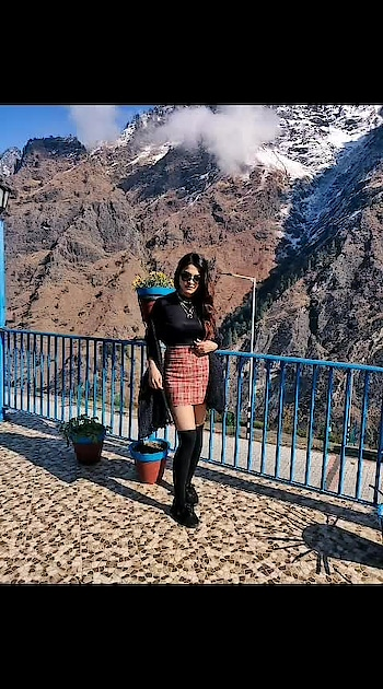 #fashionblogger #lookoftheday #snowfall #snow #auli #travelgram #travelling #travel #travelblogger #travelfashion #whitecoat #scarf #coat #boots #socks #plaidskirt #plaid #winterfashion #winteroutfit #winterlook #travels #tbrtravels #lambatravels #lamba #aashimalamba #thebasicrebel #black #sunglasses #mountains #snow