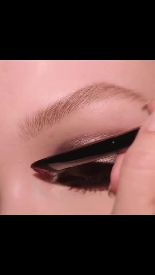 Eye makeup...... #eyemakeup #eyeshadow #eye-makeup #eyemakeuplook #eyemakeuptips #eyes #smokey-eyes #makeup #beauty #roposo