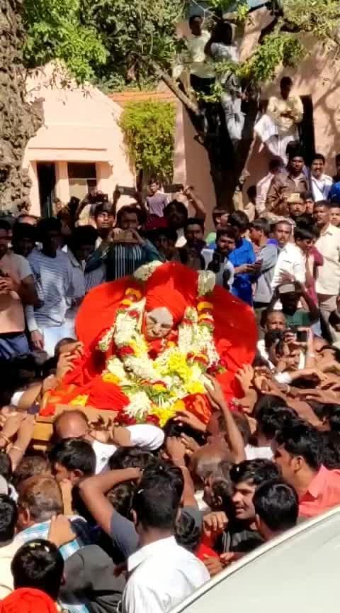 🙏 ಪೂಜ್ಯ ಶ್ರೀ ಗಳ ಅಂತಿಮ ದರ್ಶನ ಪಡೆದು ಪುನೀತರಾಗಿ. ನಡೆದಾಡುವ ದೇವರು ನಡೆದಾಡದೆ ಶಾಶ್ವತವಾಗಿ ಕ್ರಿಯಾ ಸಮಾಧಿ ಭವನದಲ್ಲಿ ನೆಲೆಸಿರುತ್ತಾರೆ. ನಾವು ಮಾಡುವ ಪ್ರತಿಯೊಂದು ಸತ್ಕಾರ್ಯ ಗಳಲ್ಲಿ ಅವರನ್ನು ಕಾಣೋಣ. 🙏 ಓಂ ನಮಃ ಶಿವಾಯ 🙏 #roposo #siddagangamutt #siddaganga #SriShivakumaraSwamiji #shivakumaraswamiji #AdhunikaBasavanna #devotional #devotionalchannel #god #tumkur #Tiptur #bangalore #Turuvekere
