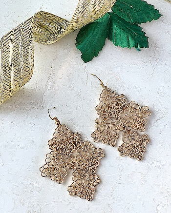 The Golden statement Earrings... from any casual event to a lavish party. This one will put your bling on...😍 Shop Here : https://kacyworld.com/product/leafy-statement-earrings/ . . #kacy #kacyworld #kacyjewelry #fashionjewelry #earrings #goldenearrings #jewelrybloggers #shoponline #freeshiping