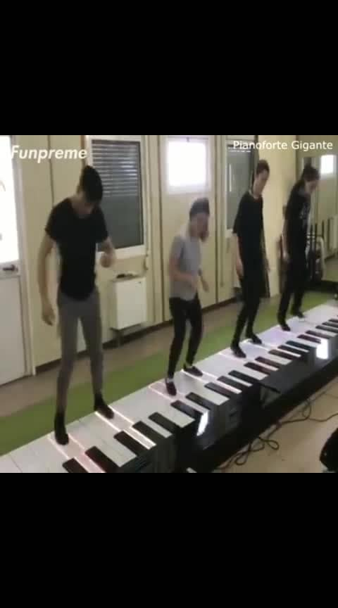 Despacito on a Giant Piano! 😂😍  Credit: Pianoforte Gigante