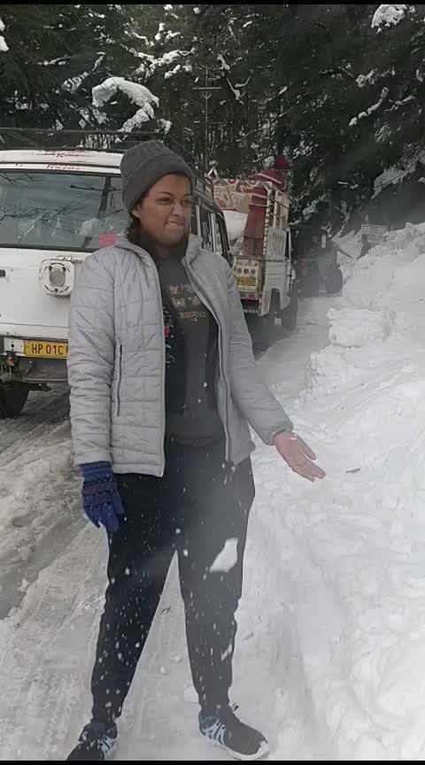 बर्फात करायचे हे खेळ न्यारे ... #himachaldiaries #simba #snowfall #snowflakes #snowfallvideos #snow-covered #rops-style #roposo-awesome_funny