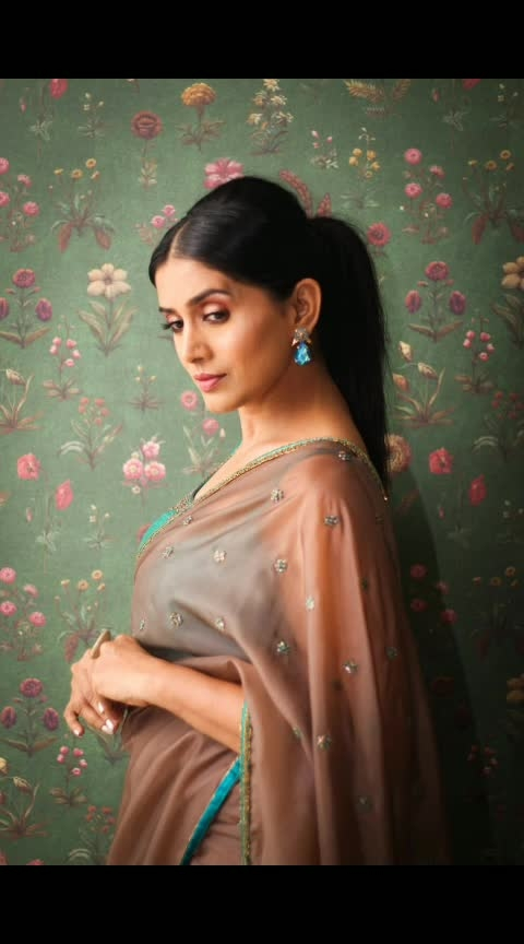 Elegance never goes out of style! . . Saree by #fatizbridalemporio  Earrings by #azotiique  Styled by #prachethestylist 😘 Pic courtesy: #shrutibagwe  MUH: #twinkledhariya . . #ootn #potd #saree #sixyardsofelegance #indian #desistyle #designersaree #earrings #stylequotient #sareelove #sareeswag