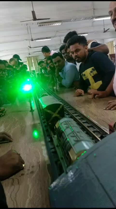How automatic signals of railway track works to avoid any severe accident.How railway works. real model of train and track #train #model #vadodara #college #singal #railwaysignal #railways #track #rail #