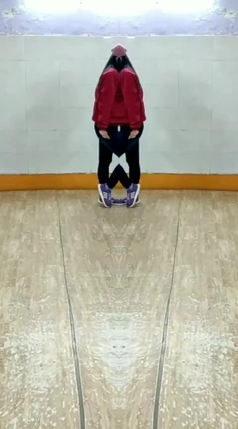 "Hindi mei kehte ki ""Mujhko bhi toh lift karade,thodi si toh lift karade"" 😂  #roposo-dance #fun-on #oldschool #hiphop"