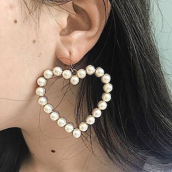 Don't let your BAE wait for these lovely earrings...❤️❤️ Shop Here : https://kacyworld.com/product-category/earrings/ . . #kacy #kacyworld #kacyjewelry #jewelrybloggers #shoponline #casualearrings #metallicearrings #fashionjewelry #heartearrings
