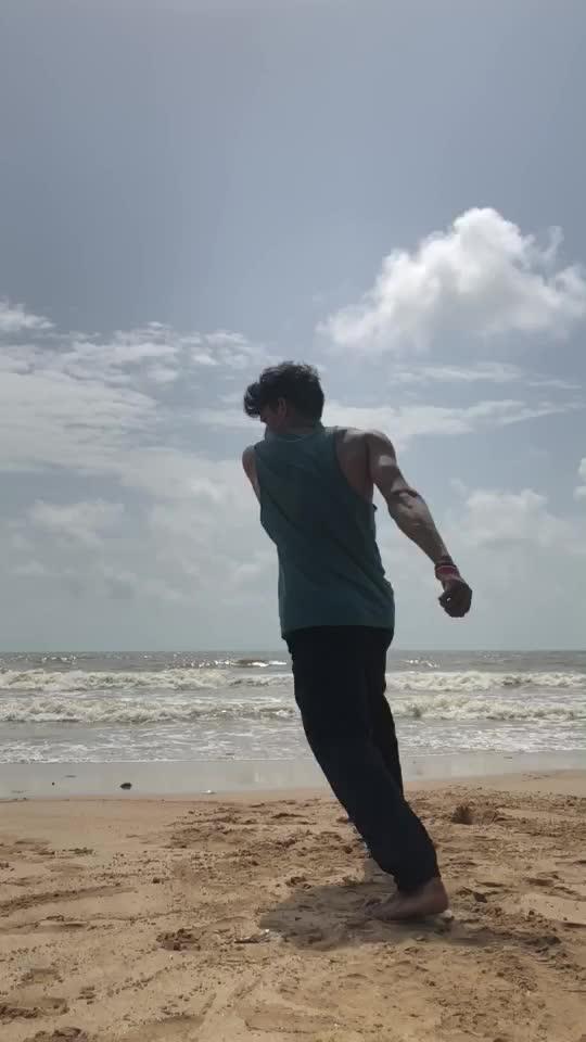 ✌️Beach training #mumbai #beach #juhu #flip #training #tumbling #tricking #gymnastic #parkour #freerunning 🔥🔥😱