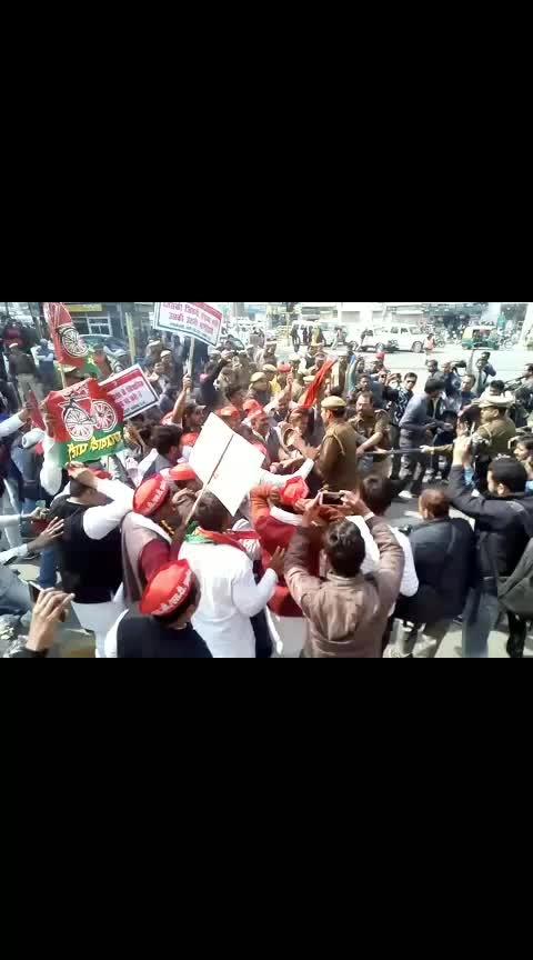 समाजवादी नेताओं ने लखनऊ में योगी की पुलिस की हालत खराब कर दिया, वीडियो हुआ वायरल  #akhileshyadav #samajwadiparty #uttarpradesh #news #trendinglive #trendingnow   plz gift and follow for more news