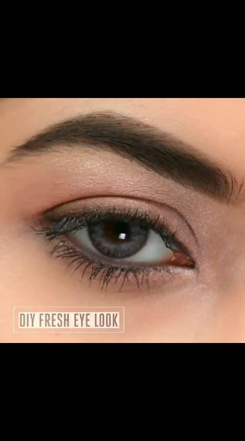 Get the trending 'Fresh Eye Look' with Lakmé 9to5 Eye Color Quartet Eye Shadow in the shade Desert Rose and slay everyday! #Lakme #LakmeIndia #LoveLakme #Makeup #EyeShadow #9to5 #FreshLook #DIY #Beauty #EyeMakeup