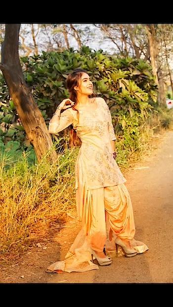 सुनहरी धूप और ढलती हुई सुरमई शाम ♥️😈🤩 : Photography @ilmanaazphotography1 📸📸 Mua @makeup_asfaque 💄💄 : #properpatola #suitpatiala #sunset #evening #beautyatitsbest #chunari #punjabikudi #desilook #desigirl #desilove #indiangirl #indianoutfit #punjabisuit #salwarsuit #indianbeauty #pollywood #bollywood #punjabiactress #filmy #nehamalik #model #actor #blogger #instagram #instagood