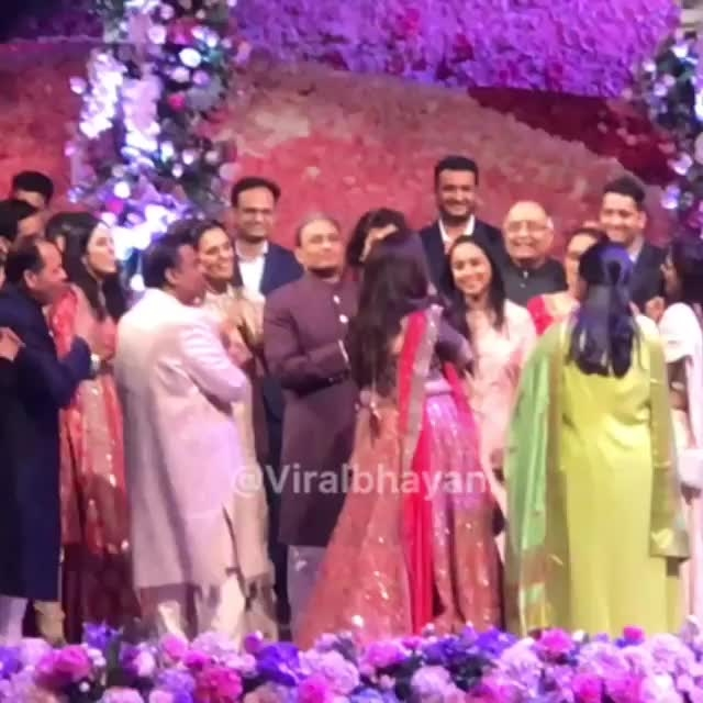 The Ambani and Mehta family clap for the huge marriage team behind the country's biggest ever wedding held. #akashambani #shlokamehta wedding ❤️#bigfatindianwedding #weddingoftheyear