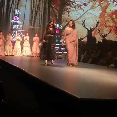 Swara Bhaskar draped in #Nirmooha by #PrreetyJain at #FDCI #LMIFW