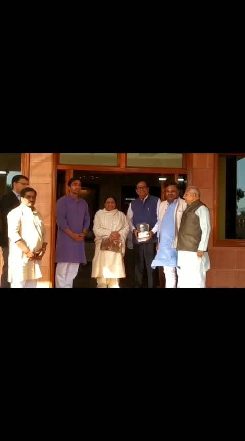 इसके बाद तो लगता है कि मायावती ही बनेगी देश की प्रधानमंत्री, सारे विपक्षी नेता मायावती के आगे नतमस्तक  #loksabhaelections2019 #mayawati #uttarpradesh #election2019 #news   please gift and follow for more news