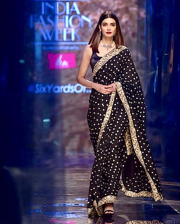 Diana Penty walking for the #LMIFW finale and paying tribute to the timeless elegance of the sari. This traditional Parsi Gara sari is her family heirloom styled by @gautamkalraindia  #FDCI #LMIFW