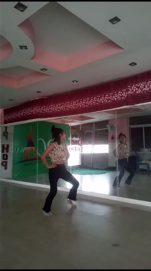 Do you love dancing? #chamma-chamma #bollywood #roposo-dancer #proffesional #roposo-telent