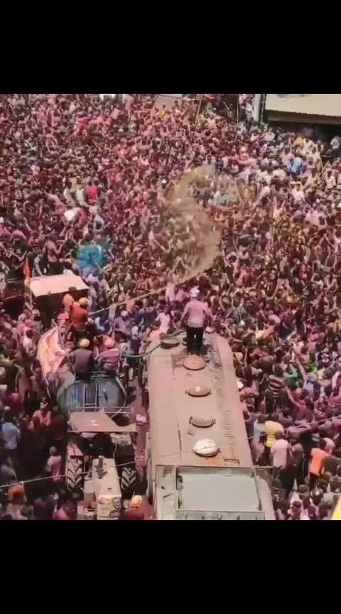 "भिया इसे ही अंग्रेज़ी में कहते "" Killer Scene"" इंदौरी भाषा मे कहते है "" भेरू सीन "" 😅 . इंदौर की गैर का कोई तोड़ नी है भिया 😍 . 🎥@_travellingsoul_. . #indorehd #rangpanchmi #ger#indoriger#faag#faagutsav#rajwada#rajwadapalace#happiness#celebration#streetsofindore#colorsofindore#festivalsofindia#colorsofindia#rangpanchmi2019#holi2019#happyrangpanchmi#iloveindore#indorecity#indoregram#IndoreRahegaNo1#mptourism #incredibleindia"
