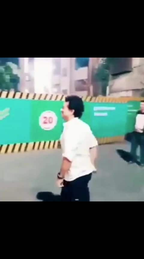 Very down to earth-sachin sir stops and plays galli cricket🙏🏼🙏🏼👏👏👏    #indiancricket  #sachintendulkar  #telugucomedyvideos  #viral  #viralvideo  #cricket #followme #followmeonroposo #followmeplease #followers