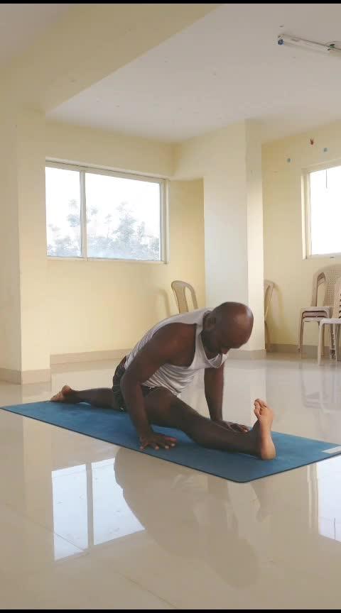 hanumanasana work  . . . . . #yoga #vinyasa #yogaeveryday #yogalove #yogafit #iloveyoga #yoga4roposo #wednesdaymotivation #workoutmotivation #workoutwednesday