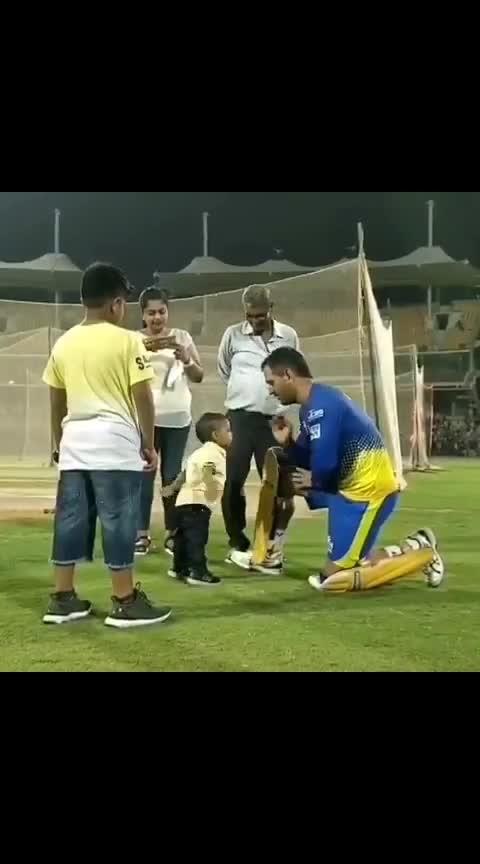 #ipl2019 #iplupdate #dhoni #boy #game  बार कप्तान धोनी ने आईपीएल के ताज पर किया कब्जा  चेन्नई सुपर किंग्स IPL के 11वें सीजन की विजेता टीम बन गई है। मुंबई के वानखेड़े स्टेडियम में खेले गए खिताबी मुकाबले में सनराइजर्स हैदराबाद को 8 विकेट से हराते हुए सीएसके ने तीसरी बार आईपीएल का खिताब अपने नाम किया है। शेन वॉटसन के नाबाद शतक के बूते चेन्नई सुपरकिंग्स आईपीएल के इतिहास में मुंबई इंडियंस के बाद दूसरी ऐसी टीम बन गई है जिसने तीसरी बार ये खिताब जीता है। इससे पहले चेन्नई ने धोनी की कप्तानी में ही वर्ष 2010 और 2011 में लगातार दो बार आईपीएल खिताब पर कब्जा किया था। इसके सात वर्ष बाद एक बार फिर से धोनी ने टीम को खिताब दिलाया। #OnlineIndia #News #India #Sports #Cricket #IPL2018Final #ChennaiSuperKings #Third_IPL_Title #IPLCHAMPIONS2018 #MSDhoni #HindiNews #OnlineNews