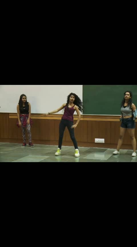 Sexy and sizzling dance #hot-hot-hot #super-sexy #roposo-beats #sizzlinghot #danceworld