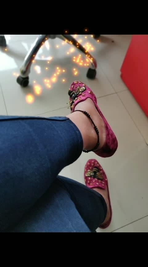Bumble Bee.. #catwalk  #ballerinas  #bling  #blinglove #flats #winecolour #bumblebee #loveforshoes #shopaholic #diariesofashopaholic #shoeaddict #shoesoftheday #agirlslife #soroposo #roposolove #fashioninspiration #fashionista #work-mode @catwalkshoes