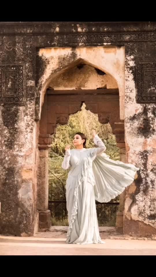 𝐏𝐨𝐮𝐫 𝐬𝐨𝐦𝐞 𝐬𝐮𝐠𝐚𝐫 𝐨𝐧 𝐦𝐞. ✨⭐️ . Outfit - @raas_kaaj_official  Shot by - @myeyeshaveit . #priyaancka #newdelhi #delhibloggers #kalank #jamalikamali #mehrauli #plixxo #plixxoinfluencer #saree #lehngasaree #ethnic #ethnicwear #traditionalwear #traditionaloutfit #historicalmonument #photooftheday #followme #instafollow #newpost #ootd #bridal #bridalhair #bridalhairstyle #bridalwear #bridalsarees #modernbride #bridesmaids #bridesmaiddress