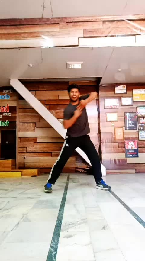 chamma chamma re 😋🙉 Dance like nobody watching you 😍  #dance #risingstar #roposodancer #dancelove #love #chamma-chamma #like #followme #viral #shahrukh