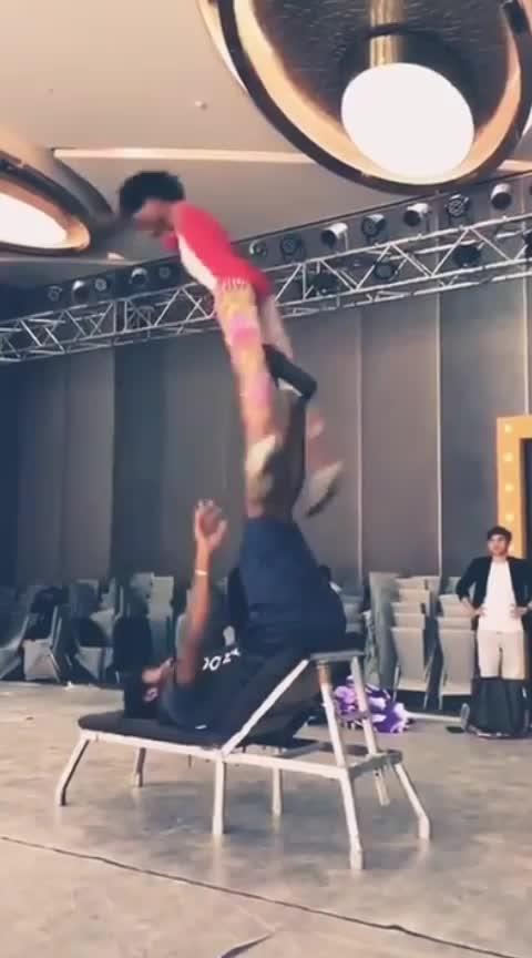 #amazingstunts #dengerstunt #stunts #roposo #ropsolover #excersise #smallgirl #roposostunt @roposocontests @roposotalks 🙂⚜️🎁